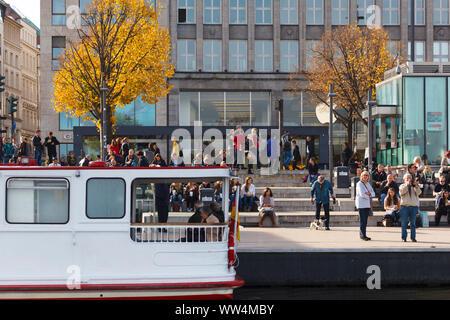Jungfernstieg in Amburgo. Foto Stock