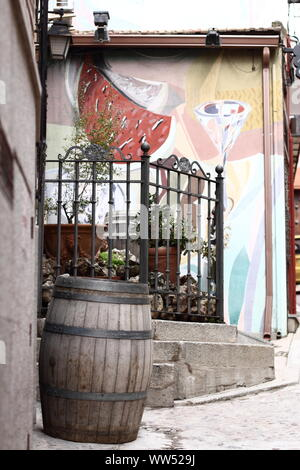 Un grande vecchio canna di fronte ad una parete dipinta, Foto Stock
