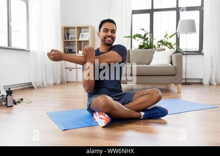 Uomo di formazione e braccio di estensione a casa