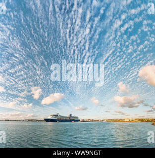 Panoramica del Cielo di tramonto sulla lussuosa nave da crociera nel mare dei Caraibi, Antille, America Centrale Foto Stock