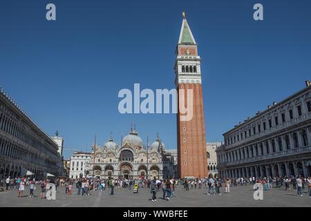 Venezia, Italia - 20 Aprile 2019: vista di Piazza San Marco (San Marco), con il Palazzo dei Dogi (Palazzo Ducale), il campanile e la Basilica di San Marco