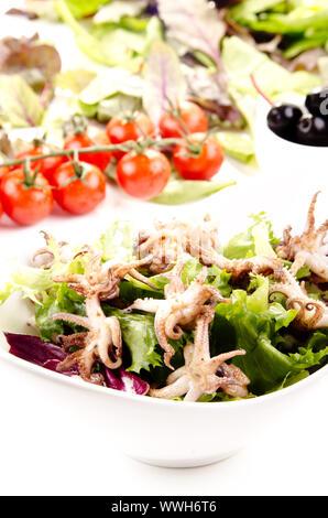 Calamari alla griglia con insalata fresca in una ciotola bianco Foto Stock