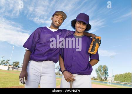 I compagni di squadra di baseball in piedi sul campo Foto Stock