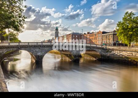 Chiesa di San Paolo e il fiume Liffey a Dublino, Irlanda