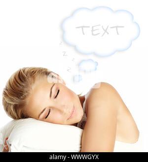 Giovane bella ragazza dorme, giacente sul cuscino e sognare, isolato su sfondo bianco con copia spazio, health care concept Foto Stock