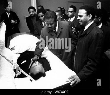9 aprile 1968 - Atlanta, Georgia, Stati Uniti - Lutto, tra cui ANDREW GIOVANI, destra, guarda come REV. RALPH ABERNATHY non tocca delicatamente il dott. faccia del re come essi si riuniscono intorno al feretro e corpo del Reverendo Martin Luther King Jr, per pagare i loro aspetti e dire addio al suo servizio funebre. (Credito Immagine: © Keystone Press Agency/Keystone USA via ZUMAPRESS.com)