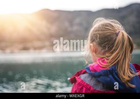 Ragazza ammirando il panorama della Baia di Kotor