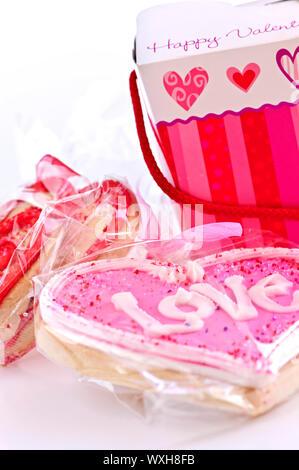 In casa pastafrolla cotta Valentine i biscotti con la glassa e confezioni regalo Foto Stock