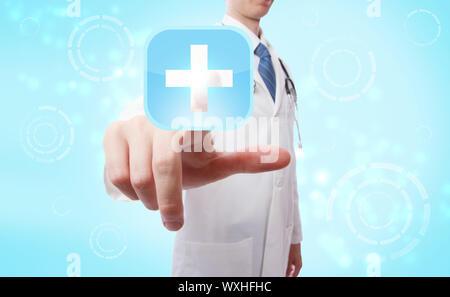 Medico spingendo un blu e bianco medical icona a forma di croce su fondo azzurro Foto Stock