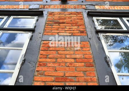 Vista dettagliata di weathered semi-timbering muro di mattoni texture trovata nel nord della Germania Foto Stock