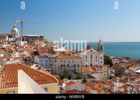 Vista del fiume Tago e vecchi edifici presso lo storico quartiere di Alfama nel centro di Lisbona, Portogallo. Vista dal Miradouro de Santa Luzia viewpoint. Foto Stock