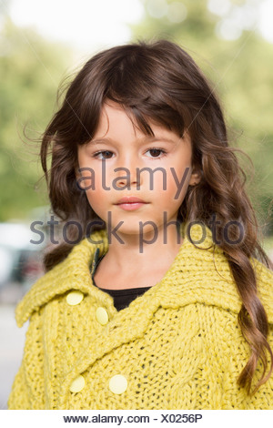 Ragazza che indossa un maglione giallo all'aperto Foto Stock