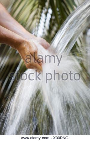 Lavaggio delle mani in un flusso di acqua Foto Stock