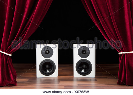 Due altoparlanti audio su un palcoscenico teatrale Foto Stock