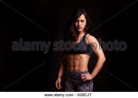 Vita ritratto di muscolare dai capelli scuri giovane donna Foto Stock