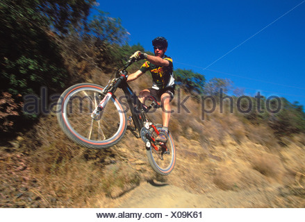 Un mountain biker jumping Foto Stock