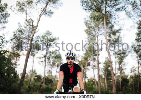 Ciclista in sella a una moto Foto Stock