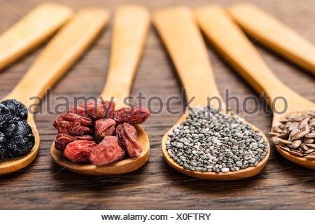 Superfoods in cucchiai di legno Foto Stock