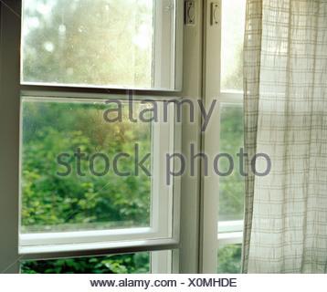 In prossimità di una finestra Foto Stock