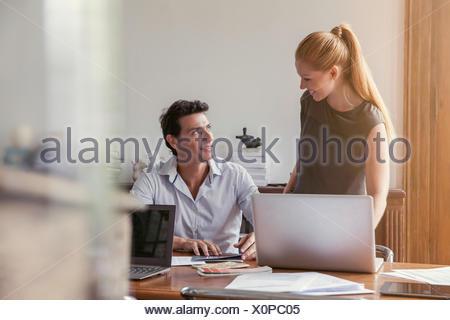 I colleghi che lavorano insieme in ufficio Foto Stock
