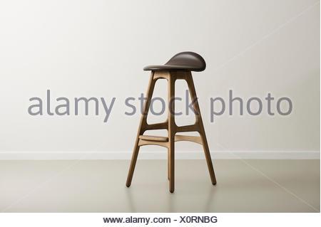 Bar in legno sgabello con stampato un sedile in pelle foto
