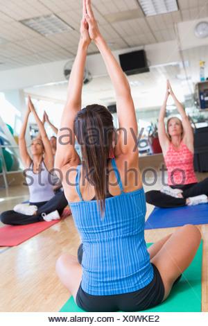 Istruttore tenendo corsi di yoga in palestra Foto Stock
