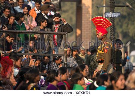Asia, India, Punjab, Amritsar, pakistane, border, cerimonia tradizionale, tradizione, Wagah, soldato, folla, il nazionalismo, indiano, Foto Stock
