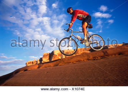 Un mountain biker jumping Moab Utah STATI UNITI D'AMERICA Foto Stock