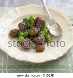Cavoletti di Bruxelles con la salsiccia di carne di cervo e di castagne Foto Stock