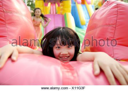 Bambini al parco divertimenti Foto Stock