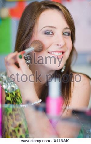 Ragazza adolescente di applicare il trucco Foto Stock