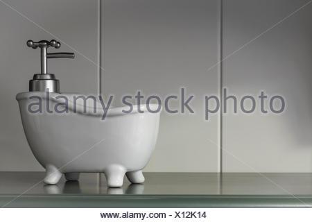 Vasca Da Bagno Retro Piccola : Vintage piccola vasca da bagno dispenser di sapone sul pannello di