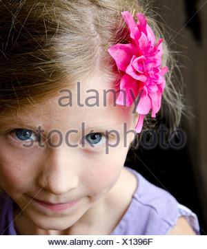 Ragazza con fiore in her hair Foto Stock