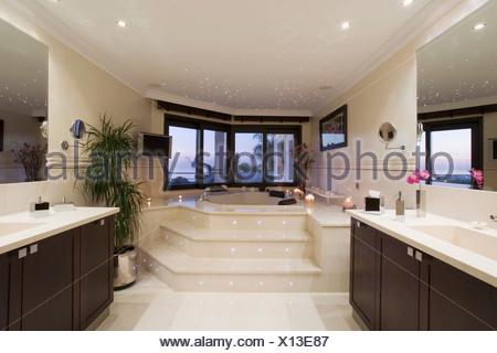 Le fasi fino alla vasca da bagno in marmo spagnolo bagno con un