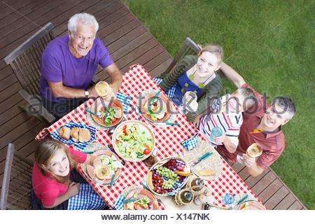 Famiglia godendo picnic Foto Stock