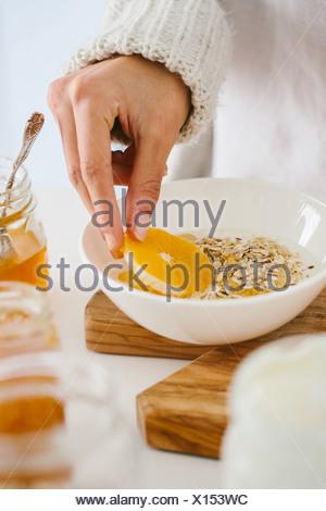 Donna con muesli e frutta Foto Stock