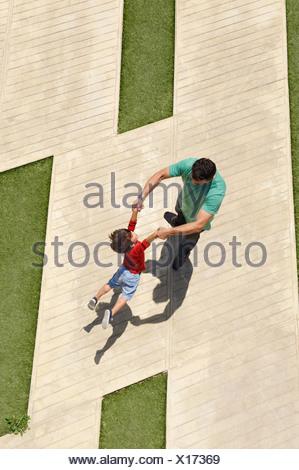 Padre figlio oscillanti in aria