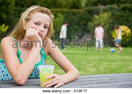 Ritratto di un annoiato ragazza adolescente Foto Stock