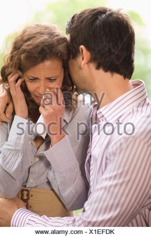 L'uomo consolante di una donna Foto Stock