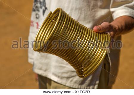 Collo anelli di ottone, del peso di circa 5 kg, di Karen Padaung, chiamato Donne Giraffa o lungo il collo, a Mae Hong Son Provincia Foto Stock