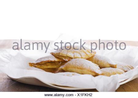 Deliziosi biscotti sulla piastra con carta bianca