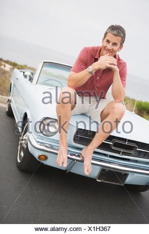 ... Un uomo sorridente con il sale e il pepe capelli colorati nella sua  metà 40 s siede d0015a254e70