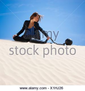 Stati Uniti d'America, Utah, Little Sahara, imprenditrice indossando la sfera e la catena nel deserto Foto Stock