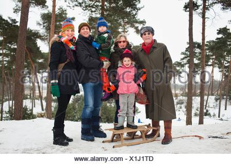 Ritratto di famiglia da tre generazioni in scena invernale Foto Stock
