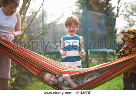 Giovani bambini che giocano in giardino Foto Stock