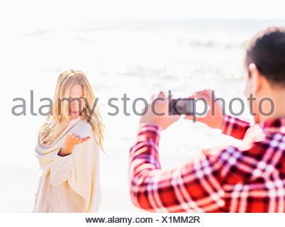 Tenendo l'uomo immagine di donna Foto Stock
