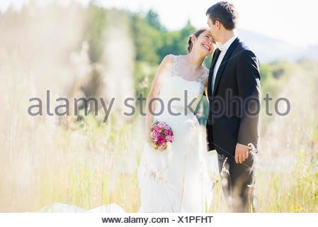 Ritratti della sposa e lo sposo in campo Foto Stock