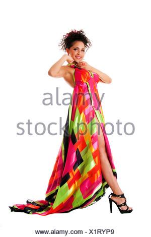 Allievi felici · Bella alti ispanica caucasica Latina modello moda donna  che indossa abiti colorati 1e4fbdadaa2