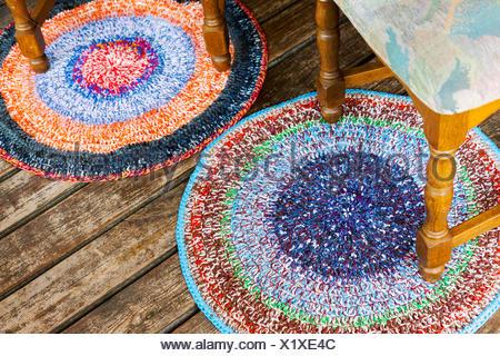Tappeti colorati sul pavimento in legno foto & immagine stock