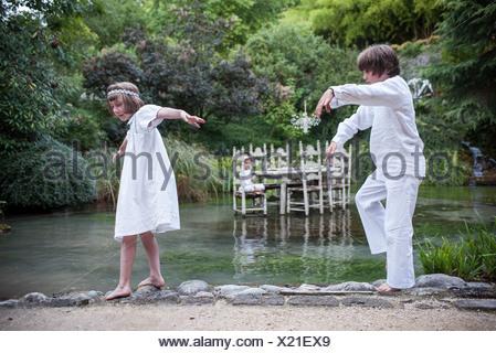 Bambini che giocano far credere all'aperto Foto Stock